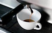 Un café qui coule dans une tasse