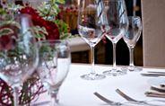 Verres à vin sur une table dressée
