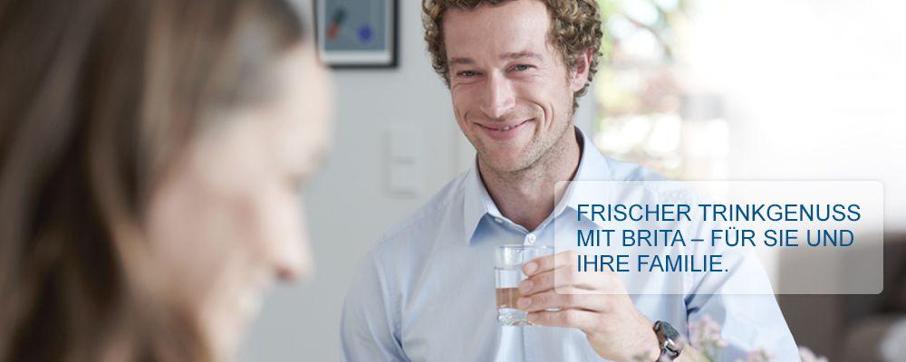 Kühlschrank_Wasserfilter_Familie_geniesst_Wasser